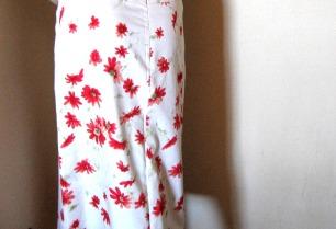 blanco de flores rojas